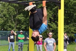 Juraj Mravec (16) z Nitry predvádza cviky, ktoré sa dajú na street workoutovom ihrisku robiť.