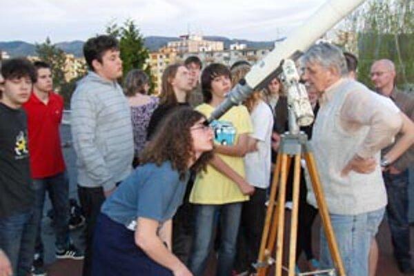 Študenti sledovali vesmír vďaka ďalekohľadu zo strechy školy.