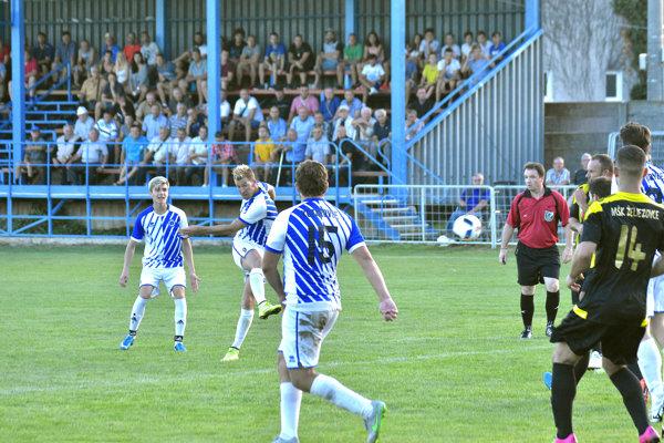 V okresnom derby si domáce Kozárovce poradili so Želiezovcami. Na zábere rozhodujúci gól zkopačky Havrana na 3:2.