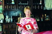 Marína Čeretková-Gállová so svojou najnovšou zbierkou poviedok.