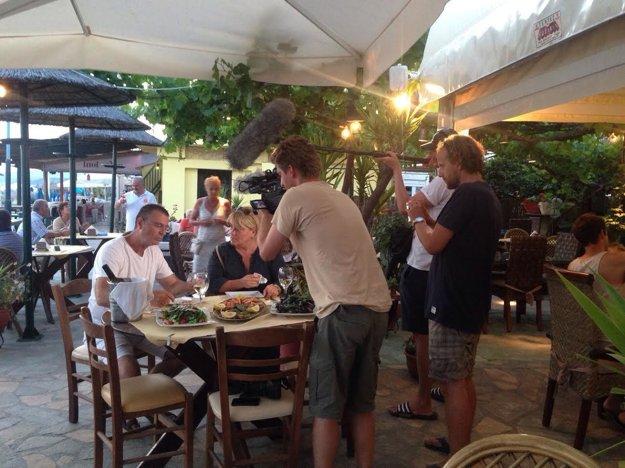 Rybacia reštaurácia na ostrove Thassos. Filmári práve zisťujú, že ich respondentka nemôže jesť ryby.