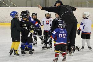 Hokejový tréner mládeže Michal Dostál na tréningu so svojimi zverencami.
