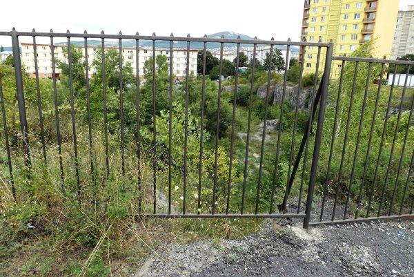 Pohľad do bane zhora, z ulice, ktorá sa prepadá.