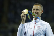 Matej Tóth pózuje so zlatou olympijskou medailou.