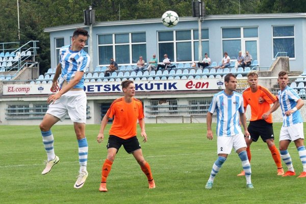 V bielo-modrých dresoch zľava Marek Fábry, Vladimír Gužík a Jakub Záhon.