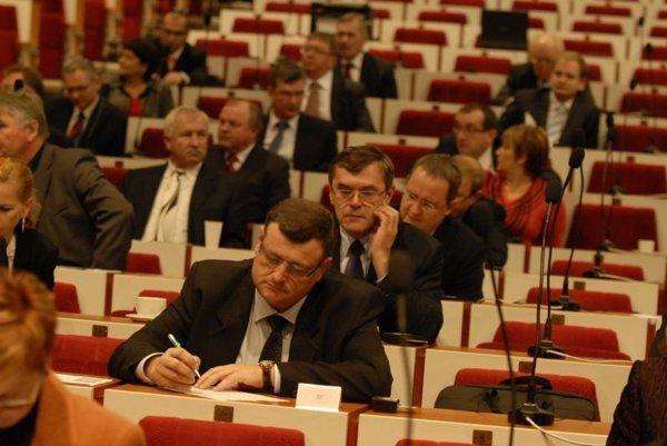 Poslanci KSK. V pondelok ich čaká tretia úprava rozpočtu v tomto roku.