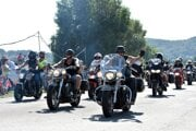 Na snímke spanilá jazda motorkárov okolo Zemplínskej Šíravy počas 15. ročníka Motozrazu Sveta motocyklov.