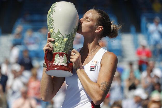 Plíšková pózuje s víťaznou trofejou.
