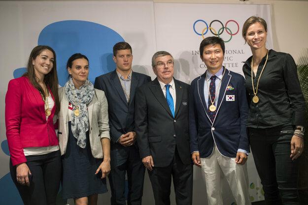 Zľava Sarah Walkerová, Jelena Isinbajevová, Daniel Gyurta, Thomas Bach, Rju Sung-min a Britta Heidemannová.