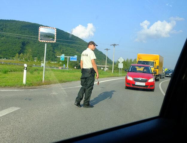 Dopravu na križovatke Šášovské Podhradie - Píla museli usmerňovať policajti.