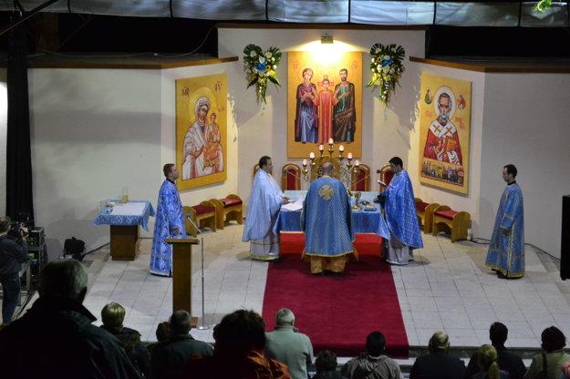Počas liturgie. V noci na ľutinskej hore.