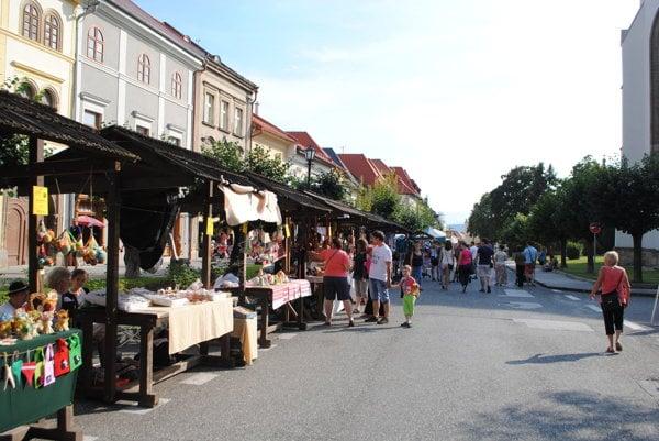 Karpatský remeselný trh. Kupujúci mali zčoho vyberať.