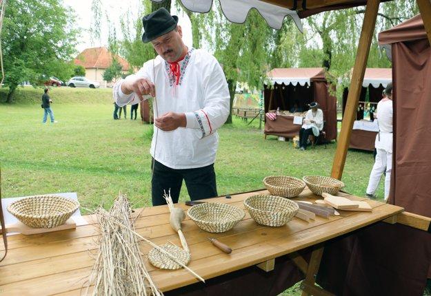 Remeselník z Lazian Rastislav Šovčík vyrába ošítky zo slamy.