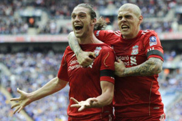 """Gólová radosť hráčov """"The Reds"""" Andyho Carrolla (vľavo) a Martina Škrtela."""