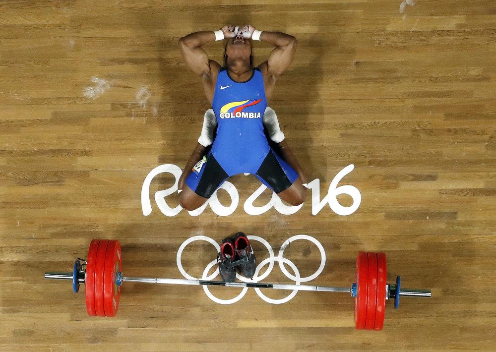 Vzpieranie, muži do 62 kg. Kolumbijčan Oscar Albeiro Figueroa Mosquera plače od šťastia po zisku zlatej medaily.