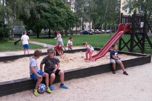 Park s ihriskom deti zo sídliska veľmi obľubujú. Večer sa tu schádza mládež.