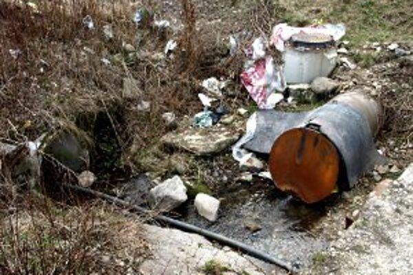Žumpa vyteká priamo do potoka. Obec tým porušuje zákon.