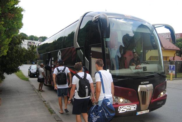 Nástup hráčov do autobusu počas futbalovej exhibície v Sabinove.