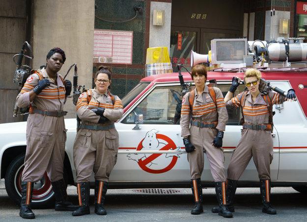 Melissa  McCarthyová (druhá zľava) vo filme Ghostbusters