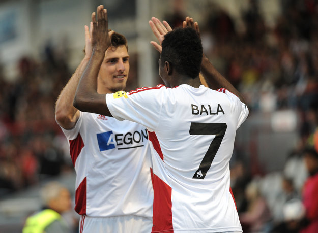 Trenčania generálku zvládli. Z jedného z Balových gólov sa teší aj Jakub Holúbek, pre ktorého to bude posledný zápas v drese AS.