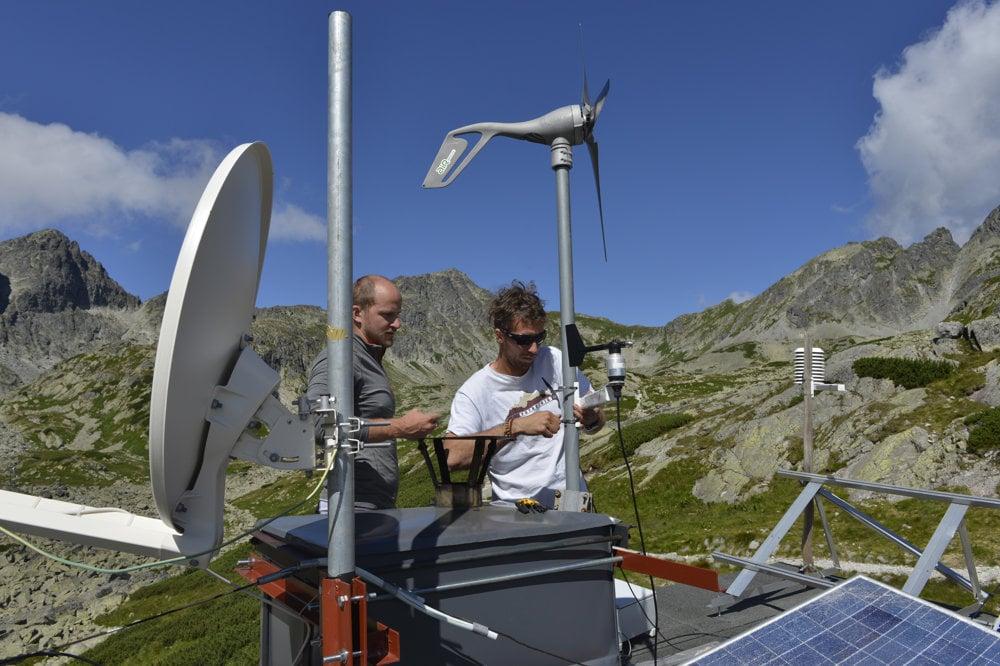 Anton Sedlák a vľavo meteorológ Miroslav Žiak montujú novú stanicu. Hore je vrtuľa pred demontážou, vpravo vzadu je ešte nedokončená montáž automatickej meteorologickej stanice.