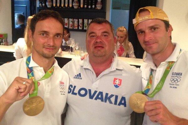 Martin Stanovský (v strede) so zlatými bratrancami Škantárovcami.