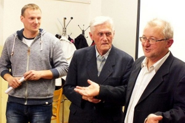 O novej knihe k 150-ročnici Evanjelického zboru v Čáčove nielen Petrovi Brezinovi (vpravo) viac povedali Slavomír Bučák (ilustrátor knihy) a evanjelický farár v Čáčove Miroslav Hvožďara starší.