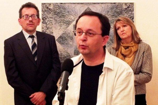 Zľava riaditeľ galérie Štefan Zajíček, docent Štefan Komorný a kurátorka Dana Janáčková.