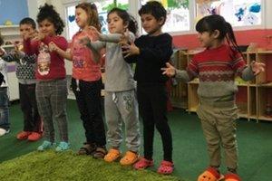 Rómske deti v komunitnom centre v Plaveckom Štvrtku.
