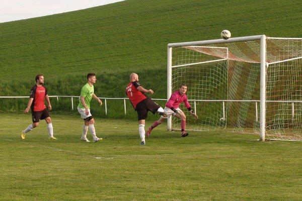 Útočník domácich Vladimír Stašek sa dostal do niekoľkých nádejných situácií, ale ani jedna sa neskončila gólom v sieti hosťujúceho brankára Patrika Noščáka.