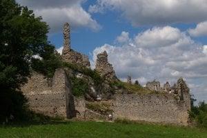 Zrúcaniny hradu Korlátko.