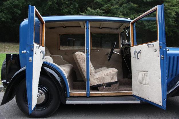 Dvere štvordverových karosérií sa otvárali oproti sebe, čo bolo mimoriadne praktické, najmä pri nastupovaní na zadné sedadlá.