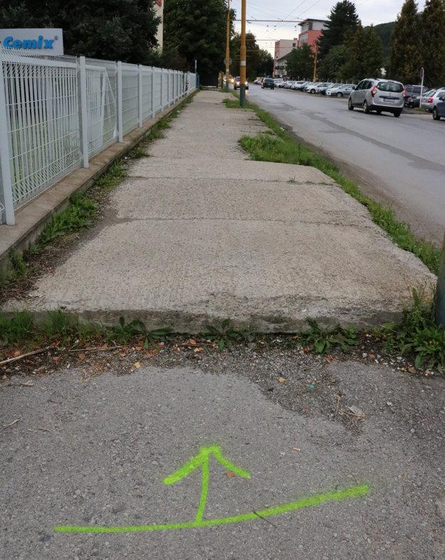 Budovateľská ulica. Po desaťročiach sa tu chodníky dočkajú obnovy.