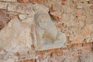 Kamenný lev, zabudovaný v barokovej fasáde kaštieľa v Jelšave, ktorý bol nájdený pri záchranných prácach.