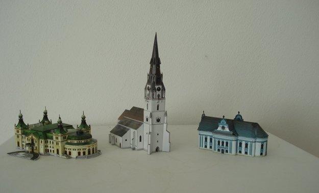 Známe zmenšené novoveské stavby. Zľava Reduta, rímskokatolícky aevanjelický kostol.