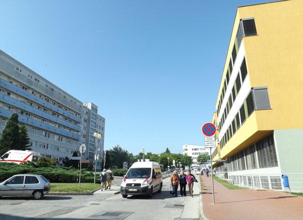 Nadzemný tunel prepojí chirurgický pavilón (vľavo) a liečebný pavilón.