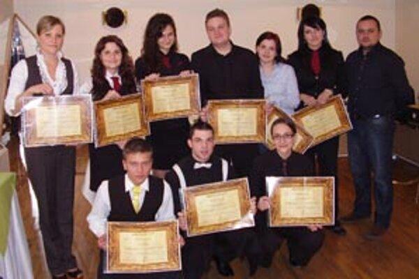 Mladí somelieri na záver kurzu získali certifikát.