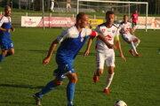 Kapitán MFK Andrej Kamendy (v bielom) sa snaží atakovať rozohvrávku domácich.