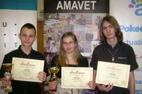 Úspešní žiaci: Marek Sklenka (vľavo), Michaela Vysočániová a Peter Trubač.