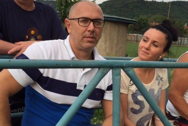 Spolumajiteľ TJ FK Vyšné Opátske a asistent trénera Marcel Alexander. Svojich zverencov sleduje radšej z tribúnky vedľa striedačky.