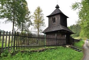 Nový plot pri starej zvonici.