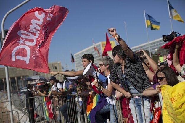 Priaznivci  Dilmy Rousseffovej pred budovou parlamentu.