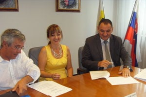 Primátorka a župan. Podpísali zakladajúcu zmluvu spoločnosti Futbal Tatran Aréna.