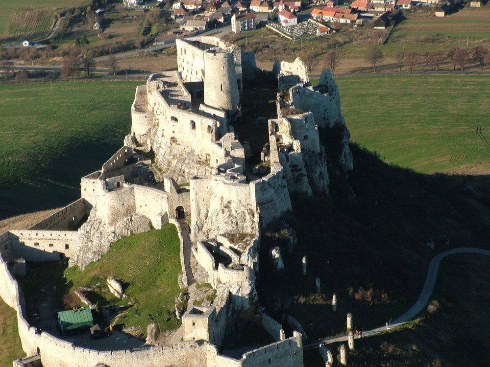 Spišský hrad má rozlohu štyri hektáre a je na šiestom mieste.