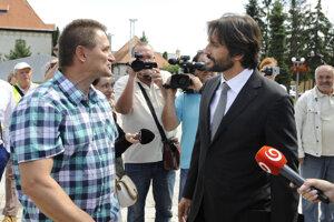 Vpravo minister vnútra a podpredseda vlády Robert Kaliňák s občanom, ktorý ho kritizoval pred rokovaním.