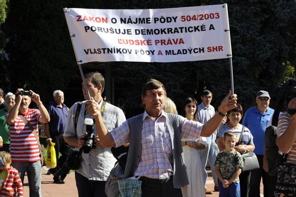 Občan s transparentom počas príchodu ministrov a premiéra SR Roberta Fica do Svidníka pred rokovaním vlády.
