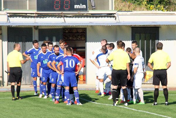 Futbalisti Čeľadíc (v modrom) potvrdili proti Tvrdošovciam úlohu favorita.