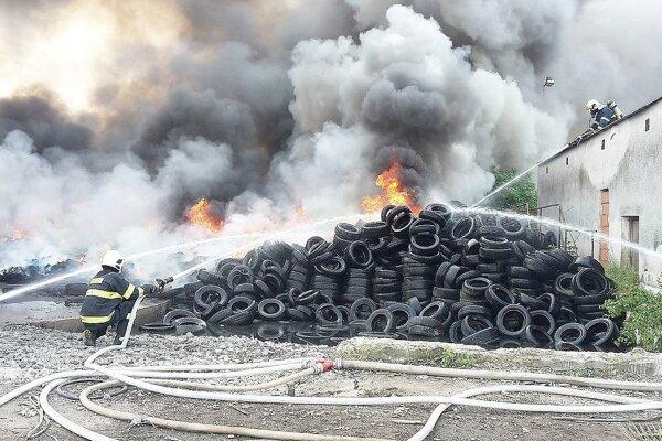 Horiace pneumatiky dali hasičom riadne zabrať.