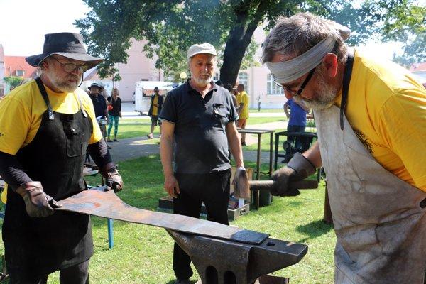 Branislav Jurčo (v strede) sleduje prácu svojich bývalých žiakov Stanislava Žilavého a Karola Kováča(vľavo).