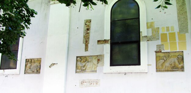 Na reliéfoch sú výjavy z Krížovej cesty.